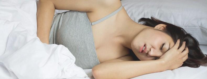 У женщины долгое время болит голова
