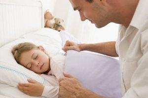 Приступ мигрени у ребенка: уложите малыша в постель