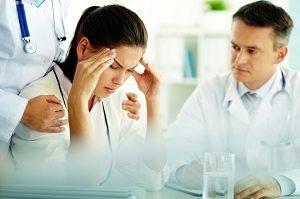 Врач советует пациенту как лечить мигрень