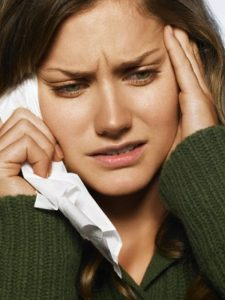 У женщины сильно болит голова