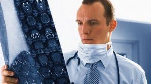 Доктор смотрит снимок МРТ мозга