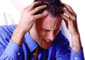 У мужчины болит затылок головы