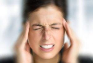 Давящая боль в голове у женщины