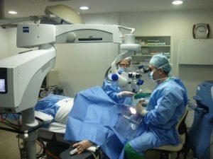 Операционный микроскоп - идет операция по удалению опухоли